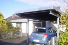 Carport in trendiger Holz-Stahl-Kombination