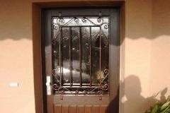 Gitter mit Schnörkel verziert Türen und Fenster