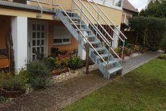 Edelstahlgeländer mit Sichtschutz und Treppe in den Garten