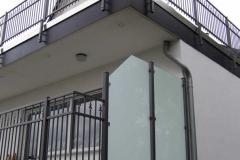 ... hier in einer anderen Variante - unten durchgesteckt sowie Windschutz aus Glas