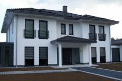 moderne französische Geländer mit Querstäben - auf den Stil des Hauses angepasst