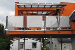 Geländer mit Glasfüllung - feuerverzinkt und pulverbeschichtet - passt sich harmonisch in das Bild des Hauses ein