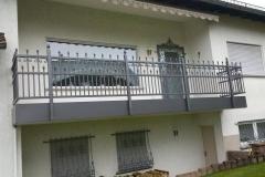 - hier wurde der vorhandene Balkon mit einem neuen Geländer saniert - der Abschluss erfolgte mit einer individuell angefertigen Blende