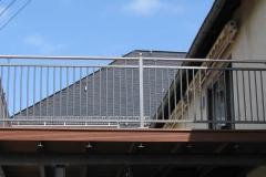 Modell Stuttgart - hier mit Pfosten auf dem Balkon befestigt und in Stahl verzinkt und beschichtet - der Handlauf sowie die Kugeln sind aus Edelstahl - eine wunderschöne Kombination aus verschiedenen Materialien