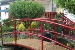 Die perfekte Brücke für Ihren Gartenteich - aus verzinktem und beschichtetem Stahl mit Bangkiraiholz