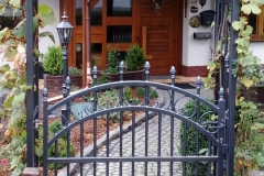 stilvolles Eingangsportal mit kunstvoll gefertigtem Rosenbogen