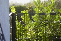 U-Profil-Schmuckzaun Kirsika mit Kreuzen und Metallplättchen -pulverbeschichtet in silber antik- die Ecke formschön mit Klemmleisten ausgebildet