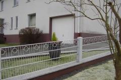U-Profil-Schmuckzaun Omena mit Ringen auf Mauer - der Schräge angepasst -pulverbeschichtet in weiss antik