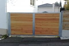Toranlage feuerverzinkt -dem Geländerverlauf angepasst und mit Holzfüllung