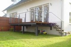 Terrasse mit Treppe - der Korpus ist feurverzinkt und beschichtet bzw. gestrichen in eienglimmerfarben- das Geländer ist gefertigt in Edelstahl-/Stahlkombination mit beschichteten Pfosten - als Holzbelag wurde Bangkiraiholz verwendet