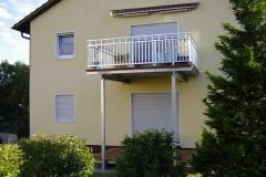 Anbau eines feuerverzinkten Balkones mit 2 Stück Stützen sowie Geländer Modell Elegance in schwerer Herstellung