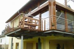 Anbaubalkon in verzinkter und beschichteter Ausführung mit Zierstäben eingearbeitet sowie dichtem Boden