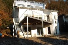 Terrassenanbau symmetrisch - mit gerader Treppe zum Garten - Treppe mit Gitterroststufen - der Balkon mit Bangkiraiholzbelag