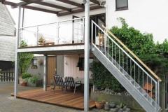 Terrassenanbau mit gerader Treppe sowie Geländer mit Glasfüllung - verzinkt