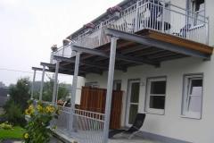 Terrasse mit Balkon in feuerverzinkter Ausführung und Elegance-Geländer - ein Schmuckstück für Ihr Haus