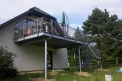 Terrassenanlage mit verzinkter Konstruktion, Treppenanlage, beschichtetem Geländer mit Edelstahlkugeln und Govadeck-Kunststoff-Belag - schlicht und doch elegant
