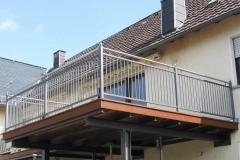 Erweiterung eines vorhandenen Balkones mit einer Stahlkonstruktion - Bangkiraibelag - Geländer beschichtet mit Edelstahlhandlauf und Kugeln - edel - schön