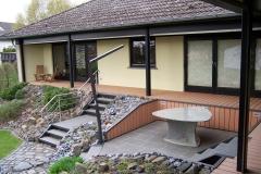Terrassenkonstruktion rund um das Haus mit Abgang in den Garten