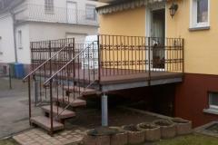 sanierte Terrassenanlage, welche vorher aus einer Holzkonstruktion gefertigt war - mit Geländer mit Schnörkeln
