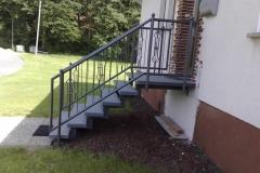 Treppenanlage mit Steinstufen - Geländer mit Zierstäben, Kugeln und beschichtet in Sonderfarben