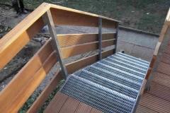 Treppe mit Gitterroststufen sowie Bangkiraigeländer