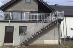 Treppe feuerverzinkt - geht gerade und platzsparend an der Terrasse herunter - Sie sind jederzeit schnell im Garten
