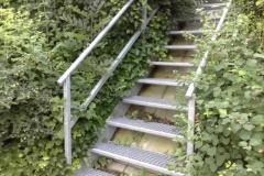 Treppe feuerverzinkt mit Gitterroststufen - passt sich schön in die Natur ein