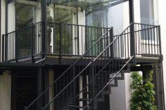 Stahlterrasse verzinkt und beschichtet mit Treppe in den Garten, Überdach sowie Glasschiebewände - so können Sie bei jedem Wetter im freien sitzen