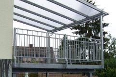 Stahlterrasse mit zeitlosem Geländer Elegance sowie Überdach